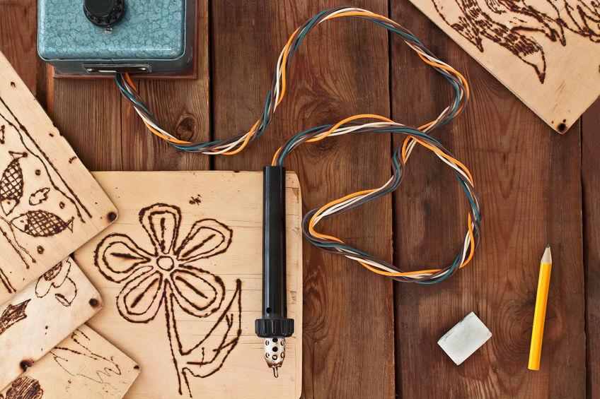 Personnaliser un objet en bois avec la pyrogravure