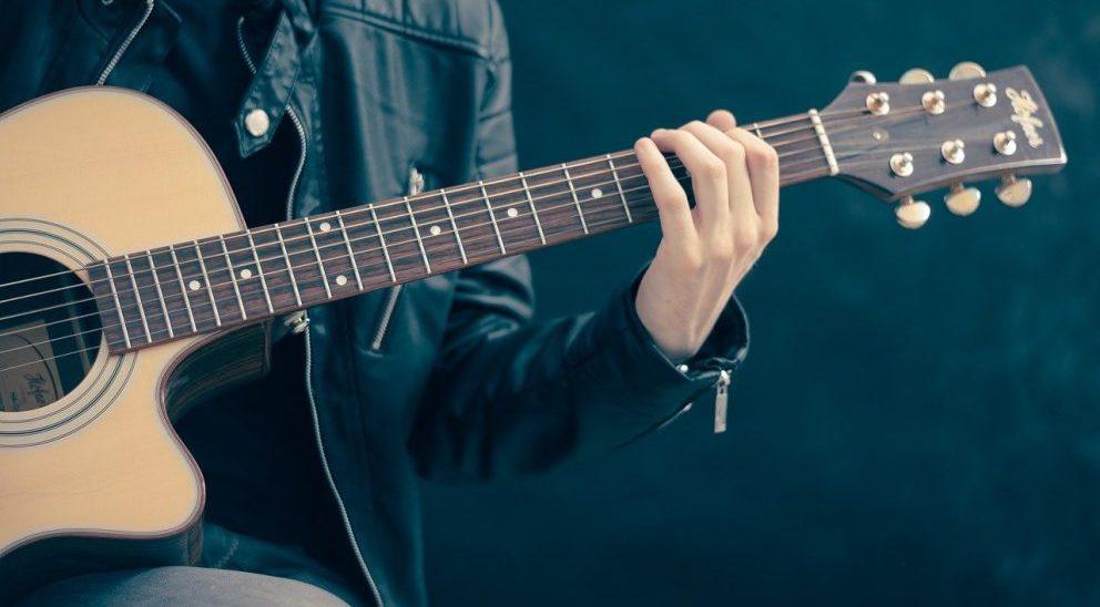 Guitare électrique ou acoustique, par quoi commencer ?